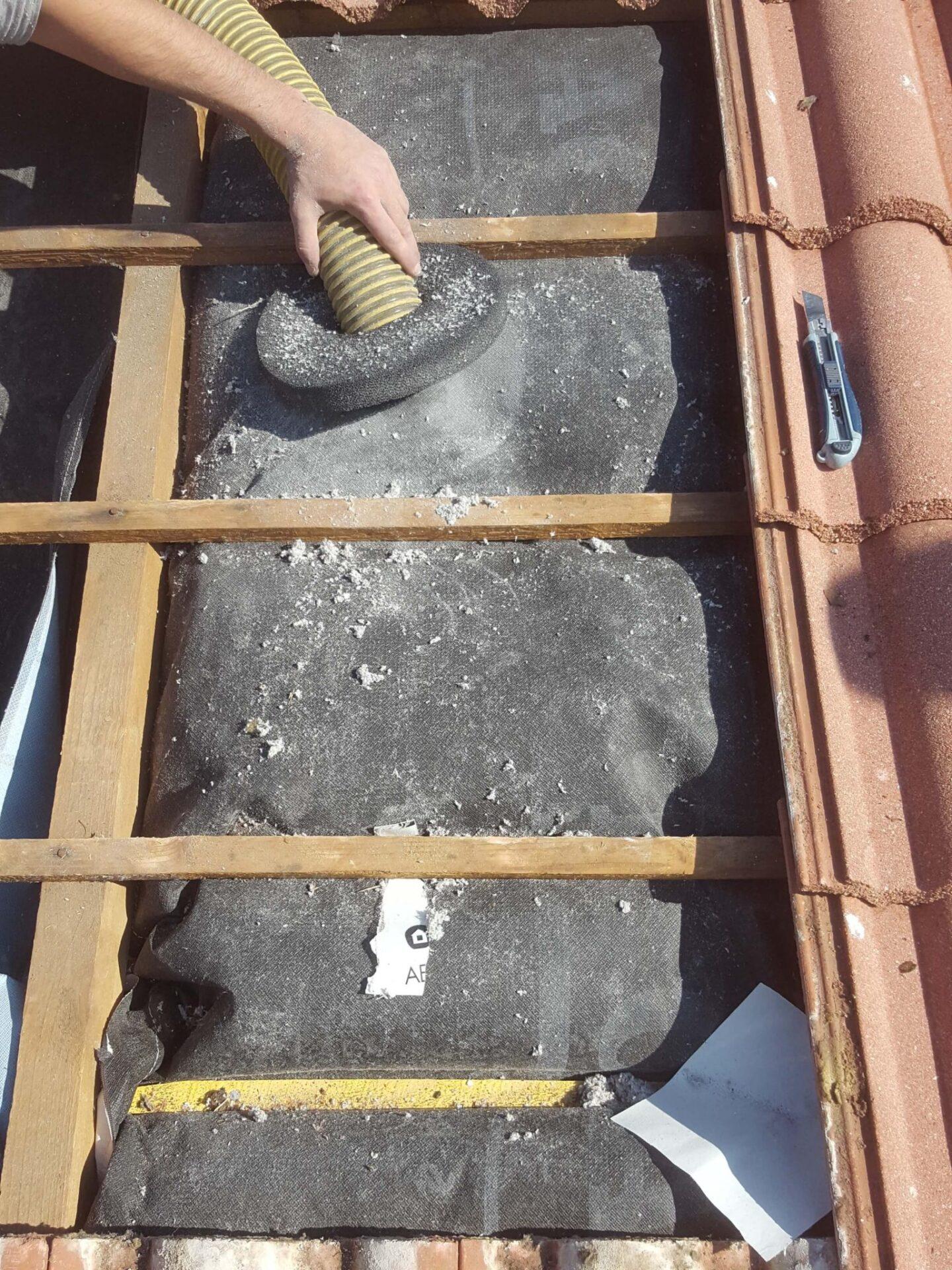 CA45Injection de la ouate dans les chaussettes isolantes ISOSAC